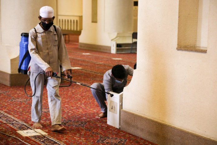 Saudi Arabia temporarily closes 10 mosques following COVID-19 infection among worshippers, staff
